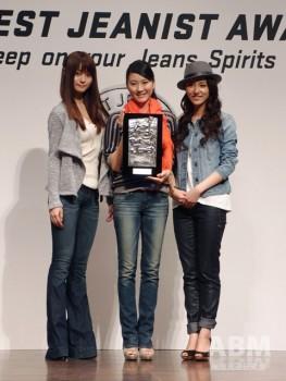 ベストジーニスト・一般新人部門の受賞者(左から) 準グランプリの小出友華さん、 グランプリの本多麻衣さん、 アーティスト賞の富田千晴さん