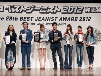 ベストジーニスト・協議会選出部門の受賞者 (左から)夏木マリさん、井浦 新さん、 ローラさん、村田諒太さん