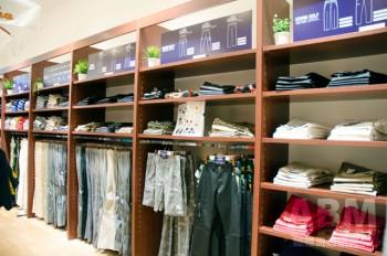 メンズはトラウザー中心にジーンズショップでは買えないアイテムを充実させた