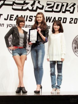 左から準クランプリの伊藤杏さん、 クランフリの小田はるかさん、 アーティスト賞の近衛えみりさん