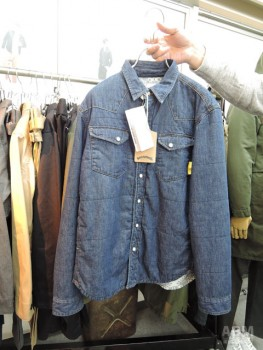 ワールドワーカーからは薄中綿が入った デニムシャツを提案。 秋口は軽いアウターとして、 寒くなったらインナーダウン感覚で ジャケットの下に着ることができる。