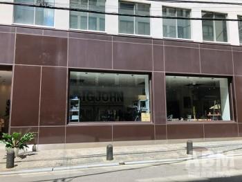 「BIGJOHN−OSAKA」外観。 店内にブランドの看板を配置する 個性的な造り