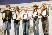 写真左から殿堂入りの中島裕翔さん、 女優の山本さん、タレントの出川哲郎さん、 女優の長谷川京子さん、E-girlsから代表として登壇した楓さん