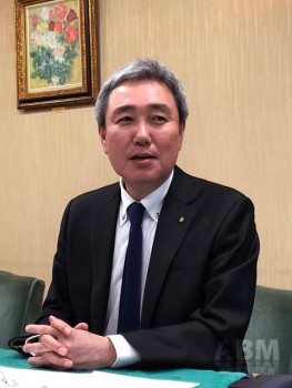 決算会見に臨む 島三博代表取締役社長