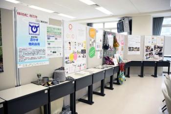 会場後方にはポスタープレゼンテーションに 参加した各社の ポスターと展示品が並ぶ