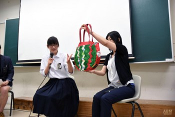 1年生の時に作ったスイカをモチーフにした バッグがリクチュール賞を受賞した所さんと長尾先生。 色んなところにこだわりが詰まっていて、 見ても楽しい作品に仕上がった。