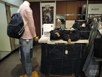 ジーンズ以外に デニムのデザイン要素を取り入れたバッグも 展示していた「ハク」