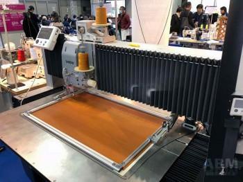 ブラザー工業はブリッジ型の プログラム式電子ミシン 「BAS−360H」を新たに提案