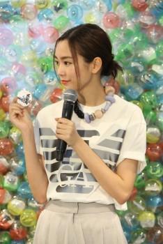 桐谷美玲さん直筆のサインバッジは 各イベント店舗のカプセルトイマシンに限定1個入ります