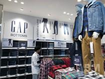 「Gap 心斎橋店」が移転リニューアルオープン。 1階のメンズフロア「ロゴアイテム」コーナー