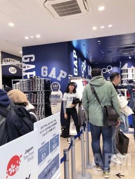 「Gap 心斎橋店」1階のメンズフロア。 最新の内装デザインを採用している