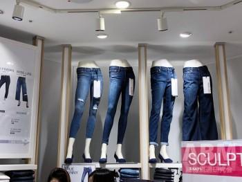 「Gap 心斎橋店」2階フロア。 基幹アイテムのジーンズ