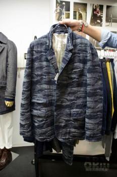 ワールドワーカーズの オリジナルファブリックを使ったジャケット。 タテ糸にインディゴ糸、ヨコ糸にモノトーン色のシルク・ウールの混紡糸を使うことで カジュアルでありながらも シックで落ちついた印象に。