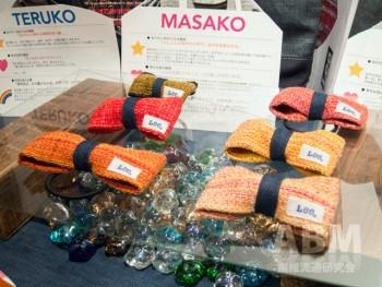 リーの織りネームを縫い付けた 裂き織リボンアクセサリーは 1500円(参考価格・税抜)で販売予定