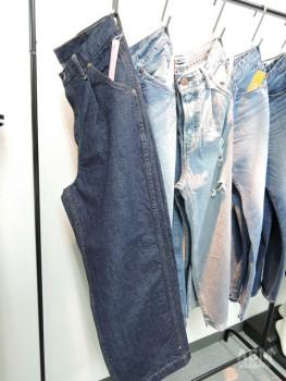タックが入ったワイドな シルエットのジーンズには 「スカーレット」と命名。