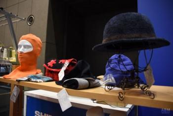ホールガーメント横編機を使い、 ニットキャップやつばのある帽子、 バッグ、手袋、靴下、スカーフなど、 様々な製品が作れるようになった。