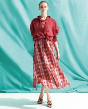 ドレス ¥45,360、 シャツ ¥25,920(全て税込)  カラー:サンゴ、 エメラルドグリーン