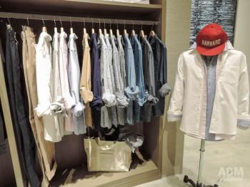 「アメカジビス」のコーナーでは キチンと着られるカジュアルシャツと チノパンのコーデを提案