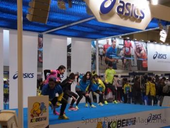 ダンスを交えアパレルを紹介したアシックスブース (神戸マラソンEXPO)