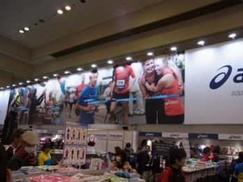 2013年シーズンの統一ビジュアルもお披露目した (アシックス、神戸マラソンEXPO)