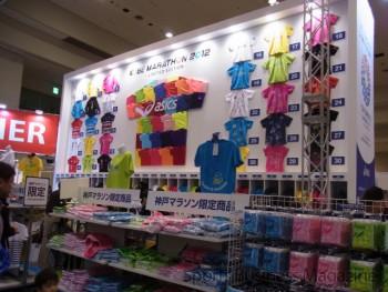 記念Tシャツも展開 (アシックス、神戸マラソンEXPO)