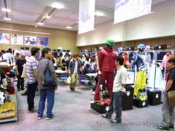 新作をお目当てに 大勢のスキーヤーが詰めかけた (写真は大阪展の様子)