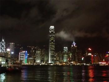 スポーツブランドも多数出店している香港 (写真は100万ドルの夜景で有名な香港島)