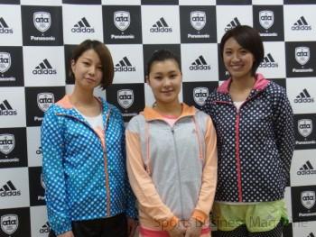 契約アスリートの フィギュアスケートの村上佳菜子選手(中)、 モデルの田中美保さん(左)、 元プロビーチバレー選手の浅尾美和さん(右)も参加