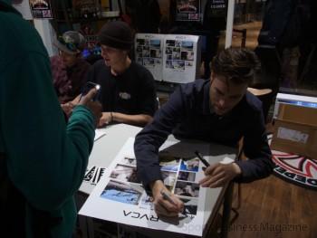 来店したファンを対象にサイン会を開いた 「RVCA」メンバー
