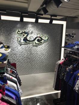店内にあしらわれた龍のブランドロゴ
