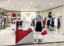 「23区GOLF」。 百貨店のショップインショップを中心に展開する