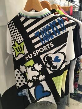 「M・U SPORTS」。 黒体プリントを採用したポロシャツ