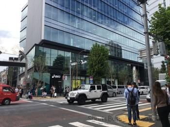 国内最大の旗艦店「アシックス原宿フラッグシップ」の外観。 左端が竹下通り