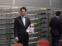 スパイクシューズをチェックする 大リーグ、ロサンゼルス・ドジャースの 前田健太選手