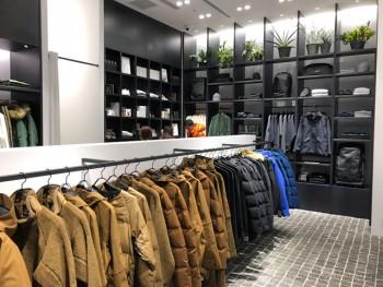 「Goldwin Marunouchi」。 壁面にはセレクト商材や雑貨類が並ぶ