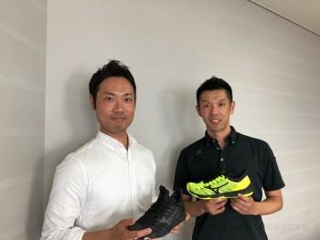 「TC-01」シューズを手にする 佐藤夏樹技術開発課長(右)と 鷲見将成アシスタントマネジャー