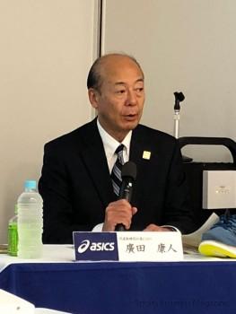 決算会見に臨むアシックスの廣田康人社長