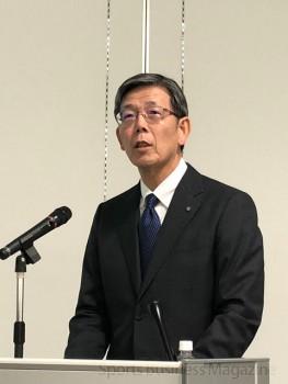 決算説明会に臨む デサントの土橋晃 取締役常務執行役員