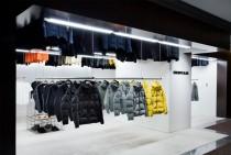デサントはコロナ禍で在庫が増加。 今期は10店程の直営店展開を計画する (写真は「デサント ブラン」)