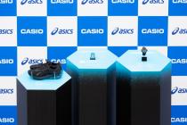アシックスとカシオ計算機が協業した「Runmetrix」 (左から協業ランニングシューズ、モーションセンサー、専用「G−SHOCK」)